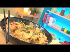 Recette de Crevettes sauce piquante - 750 Grammes - YouTube Shrimp, Meat, Chicken, Cooking, Recipes, Food, Change, Chefs, Hot Sauce