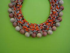 collar de trapillo y madera,inspirado en los collares indígenas de esa region.De bellos colores ocres,está hecho a mano,y lo adorne con bolas de ma...