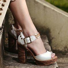 Esse sapato chegou para livrar você das garras do look sem graça. Saltão poderoso tudo de bom!