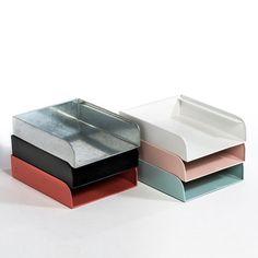 Bandeja para correo AM.PM.: precio, comentarios y disponibilidad. Línea de ángulos redondeados para un look retro y moderno, con simplicidad y en una gama de colores de una suavidad ¡al más puro estilo escandinavo! Bandeja para correo de metal galvanizado o recubierta de una pintura epoxy con efecto mate. Grabado AM.PM en relieve. Características de la bandeja para correo:- Apilable.- Dimensiones: An.26,5 x prof.32,5 x alt.7,5 cm.