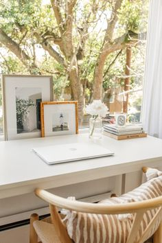 Beautiful workspace and home office design in front of a window, white desk, desktop styling, woven chair. Home Office Design, Home Office Decor, House Design, Office Designs, Bedroom Office, Bedroom Sets, Office Ideas, Design Design, White Desks