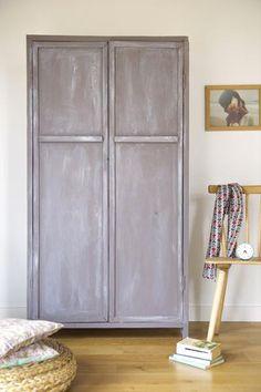 Vieille armoire relooké avec un effet patine couleur blanc de Libéron