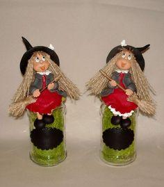 Pour les passionnées de sorcière Un cadeau original et qui fera toujours plaisir... pot en verre avec p'tite sorcière et mémo (tableau noir) réalisée en porcelaine froide... le couvercle est recouvert de porcelaine froide Dimension:7 cm diamètre/22 H...