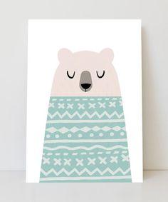 Lámina infantil de un oso con un precioso suéter rosa perfecto para dar un toque nórdico a la habitación. Todas las láminas se imprimen en papel artístico profe