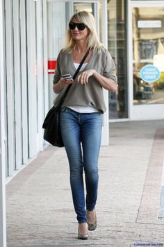 Cameron Diaz Casual Denim Outfit : Like those Loose Sweaters