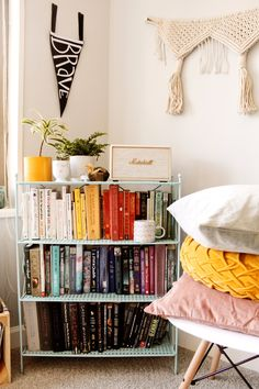 43 trendy home library cozy pillows Unique Bookshelves, Small Bookshelf, Vintage Bookshelf, Bookshelf Organization, Bookshelf Styling, Home Interior, Interior Design, Interior Decorating, Decorating Ideas