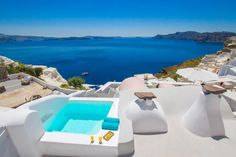 Onar Villas || This stylish villa complex in Oia offers cave-style accommodation and one villa with panoramic views of the Caldera, sea and the volcano. It is 10 minutes' walk from the town centre.