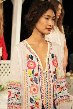 boho dress during fashion week. Boho Hippie, Boho Gypsy, Bohemian Style, Boho Chic, Folk Fashion, Ethnic Fashion, Vintage Fashion, Vintage Gypsy, Mode Boho