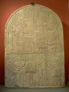 Stèle de Iouny, intendant et prêtre-lecteur Calcaire H.: 49 cm, L.: 34,30 cm, Pr.: 4,30 cm C 89 Musée du Louvre, Département des antiquités égyptiennes, Sully, 1° étage, salle 28.  En haut: Osiris et Isis. En bas, le fils d'Iouny présente des offrandes à son père.