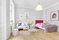 plan studio 20m2, sol en parquet clair, murs en gris pale, lampe suspendue