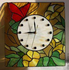 """Часы для дома ручной работы. Ярмарка Мастеров - ручная работа. Купить Витражные часы """"Петуньи с красной бабочкой"""". Handmade. Разноцветный"""