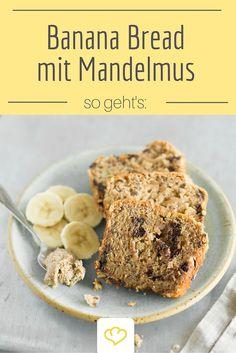 Dank Mandelmus wird dieses Bananenbrot extra saftig! Ein super Banana Bread Rezept!