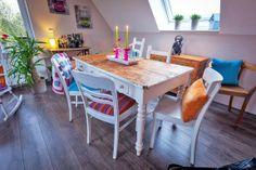 Den Tisch hat ihre Schwester Maren bei einer Arbeitskollegin entdeckt und direkt an Angela gedacht. Angela hat ihn so gelassen, wie er war.#homestory #homestoryde #home #interior #design #inspiring #creative #colourful