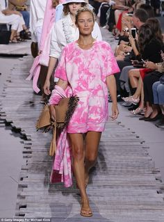 Vets, too: Carolyn Murphy, a favorite of the brand, kicked off the show in a beachy tie-dye number, showing off long tanned legs How To Tie Dye, How To Dye Fabric, Fashion 2020, Girl Fashion, Fashion Trends, Tie Day, Tie Dye Crafts, Tie Dye Fashion, Tie Dye Outfits