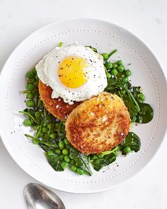 Fishcakes - We made this British classic healthier by swapping traditional floury white potatoes for sweet potatoes. On the table and ready to eat in 45 minutes these fishcakes make for an easy midweek dinner. Spinach Recipes, Fish Recipes, Seafood Recipes, Cooking Recipes, Healthy Recipes, Fishcakes, Clean Eating, Healthy Eating, Cocinas Kitchen