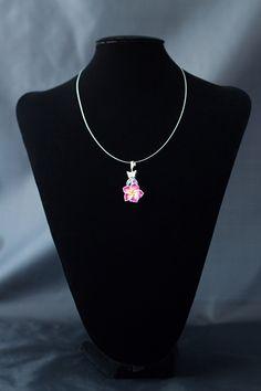 Collar con soporte de acero y cierre de plata con hoja de resina en rosa.