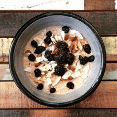 Overnight oats zijn een heerlijk en voedzaam ontbijt. Je maakt je havermout de avond ervoor vast klaar. De volgende ochtend eventueel even opwarmen en klaar.