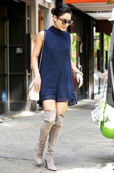 Lindo look inspiração da Vanessa Hudgens! Vestido aberto, marinho + bolsa e botas #overtheknee, nude + óculos estampado. Uma combinação prática, fashion e cheia de estilo!