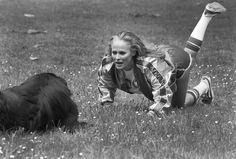 L'héroïne féminine du premier James Bond ( contre docteur No) en 1961 , L'actrice Ursula Andress ici en 1978 entretient sa forme physique en faisant de la gymnastique en compagnie de son  terre-neuve dans un parc à Paris. Photo : Jean Claude Deutsch/Paris-Match.