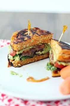 Hamburguesa de fideos de batata con aguacate, col y queso de cabra. | 16 Sándwiches sin pan que sí querrás comer
