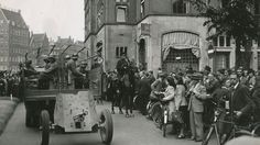 May 1940. Citizens of Amsterdam are watching a parade of German occupation forces at the Rokin in Amsterdam. Photo BeeldbankWO2 - NIOD. #amsterdam #worldwar2 #rokin