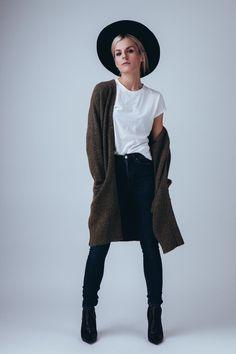 Zur Kuschel-Strickjacke und coolem Hut trägt Marina von marinathemoss unser Modell Elena in schwarz. #poilei #bloggerstyle #fashion