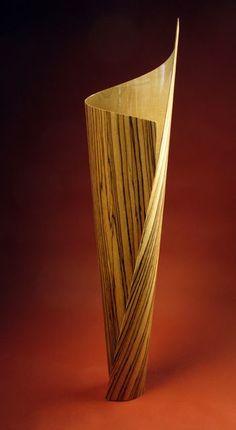 Ein feiner Bogen aus Zebrano, gedämpft um ihn in die Form einer Vase zu wickeln: