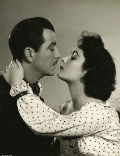 """Robert Taylor y Elizabeth Taylor en una foto promocional de""""Traición"""" (Conspirator), 1949"""
