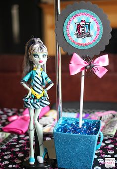 Monster High Parties are the new trend. Check out this party complete with a Monster High themed Candy Table, Dress Up Table and party activities. Festa Monster High, Monster High Party, Monster High Dolls, Monster High Centerpieces, Party Characters, Party Giveaways, Party Themes, Themed Parties, Party Ideas