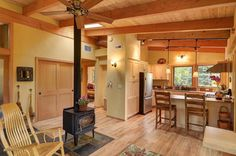 River Road house, a sustainable small house by architect Nir Pearlson features a beautiful timber frame exposed to the interior. It has 2 bedrooms in 800 sq ft. Photo by Michael Dean Photography. Tiny House Listings, Small House Plans, 800 Sq Ft House, Casas Containers, Timber Frame Homes, Cabins And Cottages, Small Cabins, Tiny Spaces, Tiny House Design