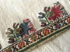 Folk Embroidery, Embroidery Patterns, Stitch Patterns, Traditional Outfits, Folk Art, Bohemian Rug, Weaving, Cross Stitch, Textiles