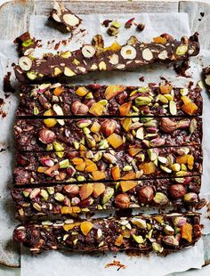 Healthy Tips Healthy Rocky Road Made wtih Pistachios, Hazelnuts, Apricots, and other goodness, Vegan and Gluten-free. It's a superfood dessert! Healthy Baking, Healthy Desserts, Raw Food Recipes, Sweet Recipes, Cooking Recipes, Healthy Recipes, Healthy Tips, Healthy Camping Snacks, Raw Vegan Desserts