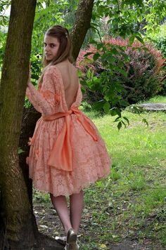 Uwielbiam szyć suknie ukwiecone.  O wyprodukowałaś kolejna panią wiosnę!- powiedziała moja znajoma na widok sukni Marzenie. No tak. Wyprodukować ręcznie 400 kwiatków to jest wyczyn. Ale potem jest coś niesamowitego w tych unoszących się i wirujących na człowieku fakturach. Zresztą zobaczcie sami. Obydwie moje córki na ogół niechętne wszelkim