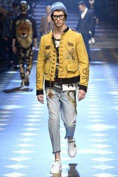Dolce & Gabbana Fall 2017 Menswear Fashion Show Collection: See the complete Dolce & Gabbana Fall 2017 Menswear collection. Look 8 Fashion Show Collection, Men's Collection, Winter Collection, Mens Fashion Week, Winter Fashion, Dolce And Gabbana 2017, Military Fashion, Stylish Men, Ideias Fashion
