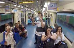 """Um grupo de samba de São Paulo decidiu para levar alegria para passageiros do metrô, sem cobrar ingresso. O InovaSamba faz o """"Doe Sorrisos""""."""