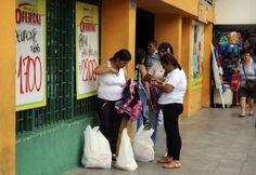 Multitud de venezolanos cruzan la frontera con Colombia para comprar alimentos y medicinas