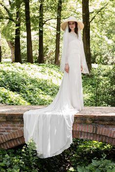 KATE: Vestido de novia de línea lánguida con cuerpo palabra de honor, cubierto de gasa de seda con escote a la caja de manga larga y falda en gasa formando gran cola