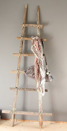 21 ideas para decorar con ramas y troncos de madera / 21 ideas for decorating with wood logs Old Ladder, Rustic Ladder, Ladder Decor, Cheap Home Decor, Diy Home Decor, Room Decor, Scarf Display, Handbag Display, Diy Inspiration