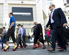 De mannenmars op hakken is een initiatief van de 'Walk a mile in her shoes' organisatie om geweld, verkrachting en aanranding van vrouwen onder de aandacht te brengen. (© Brunopress)