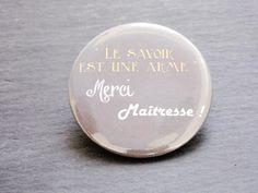 """Badge cadeau maîtresse """" Le savoir est une arme"""" , merci maîtresse - cadeau de fin d'année scolaire : Pins, badges par nessygan"""