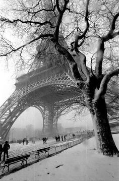 La Tour Eiffel, covered in a blanket of snow. Pinterest.
