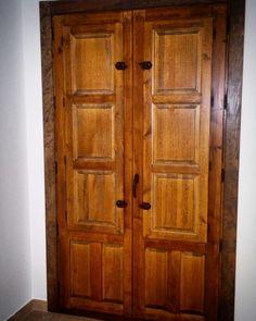 Balcón de madera, rústico, con ventanillos interiores. www.carpinteriabacigalupe.com