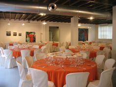 Sala del Cavedio allestita con tavoli rotondi |380 mq in tre ambienti comunicanti che permettono di differenziare i diversi momenti di un evento.