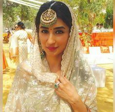 bridal jewelry for the radiant bride Sikh Wedding Dress, Bridal Mehndi Dresses, Desi Wedding, Indian Wedding Outfits, Bridal Lehenga, Wedding Wear, Indian Outfits, Lehenga Choli, Tikka Jewelry