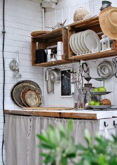 utekök trälådor på väggen
