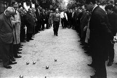 Alfred Eisenstaedt - Parisians play boule, 1963.