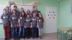 """Grupa 14 osób z naszej klasy spotykała się w szkole w sobotnie poranki. Podczas nich uczyła się programowania w """"Pascalu"""" i języku C++ w ramach projektu """"Akademia Programowania"""" . Odbyło się 6 spotkań, każde po 4 godziny lekcyjne. W nagrodę za ukończony kurs uczestnicy otrzymali pamiątkowe koszulki."""