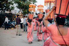 Die Frauen tragen die Lichter die mit einem Generator verkabelt sind. für die Hochzeitsprozession. Rundreise durch den Bundesstaat Gujarat in Indien. Unterwegs mit Roteltours. Reiseblog von Marion und Daniel.