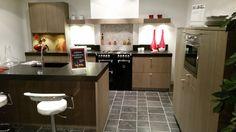 """Showroom eiland keuken van gefineerd hout in lamellen profiel """"Piet Boon"""" stijl."""