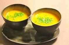 Soepje van gele paprika, gember, kurkuma en curry